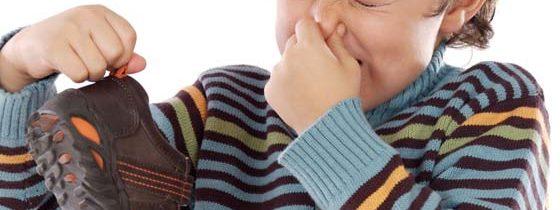 Jak usunąć brzydki zapach z butów?